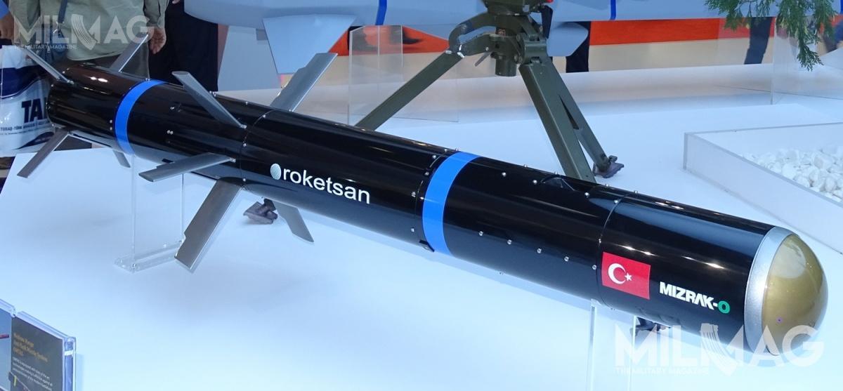 Przeciwpancerny pocisk kierowany OMTAS/Mizrak-O pokazany nawystawie IDEF w2017. Zastosowano wnim część rozwiązań zppk UMTAS/Mizrak-U, zaprojektowanego dla śmigłowców uderzeniowych T129 ATAK. Masa pocisku to25 kg, długość 1800 mm, aśrednica 160 mm. Masa wyrzutni wykonanej zwłókna szklanego wynosi 11 kg, zespołu sterowania 36 kg