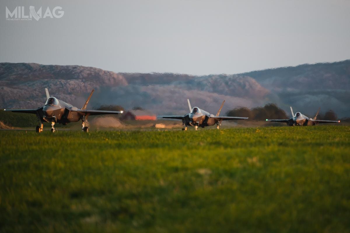 Trzy norweskie wielozadaniowe samoloty bojowe F-35A Lightning II wylądowały wbazie lotniczej Ørland wniedzielę ok. 18:40. Samoloty przyleciały zFort Worth wTeksasie / Zdjęcia: MO Norwegii