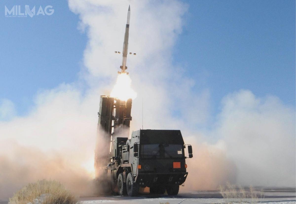 Decyzję oprzyspieszeniu rozwoju TLVS podjęto w2015 wefekcie wybuchu wojny wDonbasie. Będzie oparty osieciocentryczne rozwiązania systemu MEADS, oferujące możliwość integracji kolejnych sensorów iefektorów nazasadzie plug-and-fight. Wjego skład wejdzie prawdopodobnie także wielofunkcyjny radar kontroli ognia MFCR (Multifunction Fire Control Radar) opociski rakietowe krótkiego zasięgu Diehl IRIS-T SL  ozasięgu do40 km ipułapie do20 km. / Zdjęcie: MBDA Deutschland