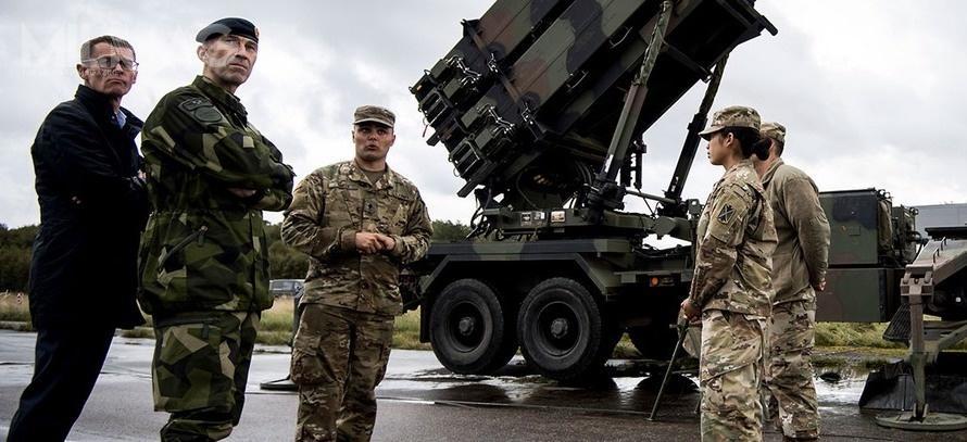 Generał Michael Byden, naczelny dowódca sił zbrojnych Szwecji (drugi odprawej) wizytuje jednostkę przeciwlotniczą US Army podczas manewrów wojskowych Aurora w2017. Szwecja stała się formalnie 16 użytkownikiem systemu Patriot. Kolejnym zainteresowanym państwem jest Belgia. / Zdjęcie: Astrid Amtén Skage, Siły Obronne Szwecji