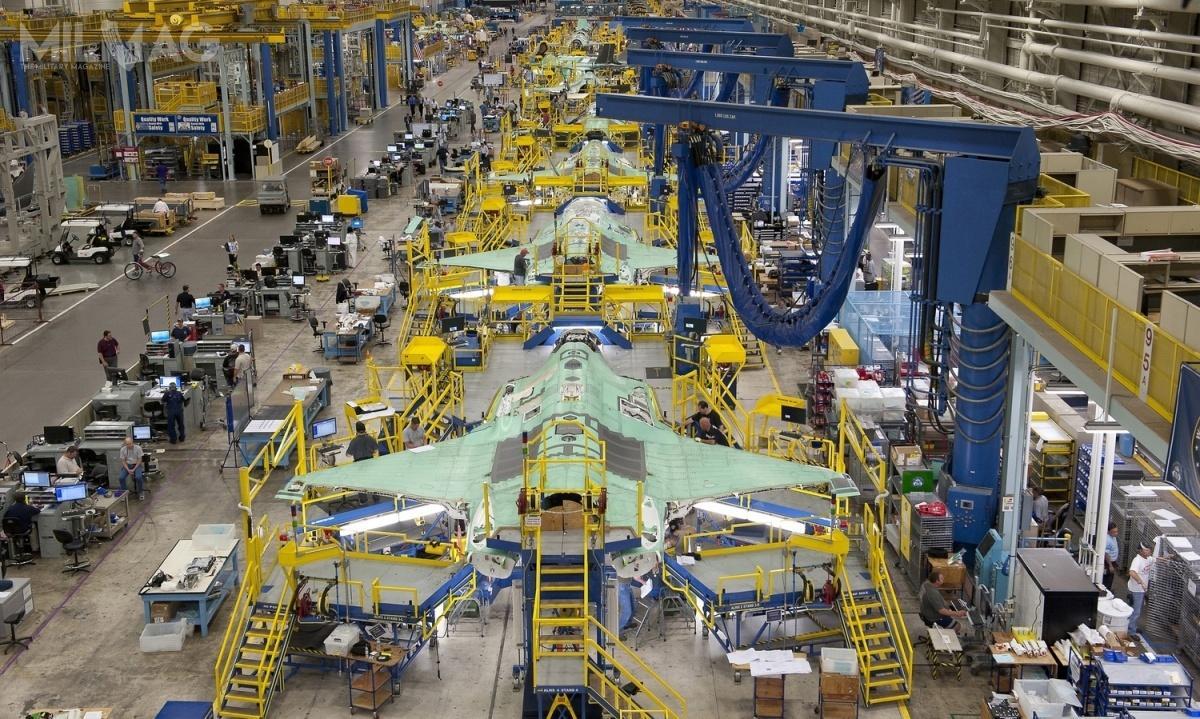 Lockheed Martin podpisał zamerykańskim Departamentem Obrony pięć umów dotyczących programu F-35 JSF ołącznej wartości prawie 2,35 mld dolarów / Zdjęcie: Lockheed Martin