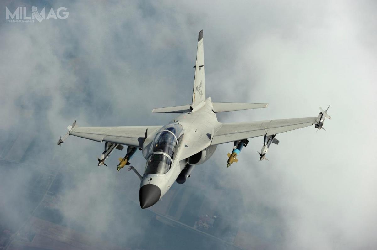 Według prognoz amerykańskich, światowe zapotrzebowanie nasamoloty szkolno-bojowe wyniesie około 3000 egzemplarzy. Wte prognozy niewliczono wojsk lotniczych Rosji iChin, dla którychopracowano rodzime samoloty tejklasy, Jak-130 iHongdu L-15B Hunting Eagle / Zdjęcie: Leonardo