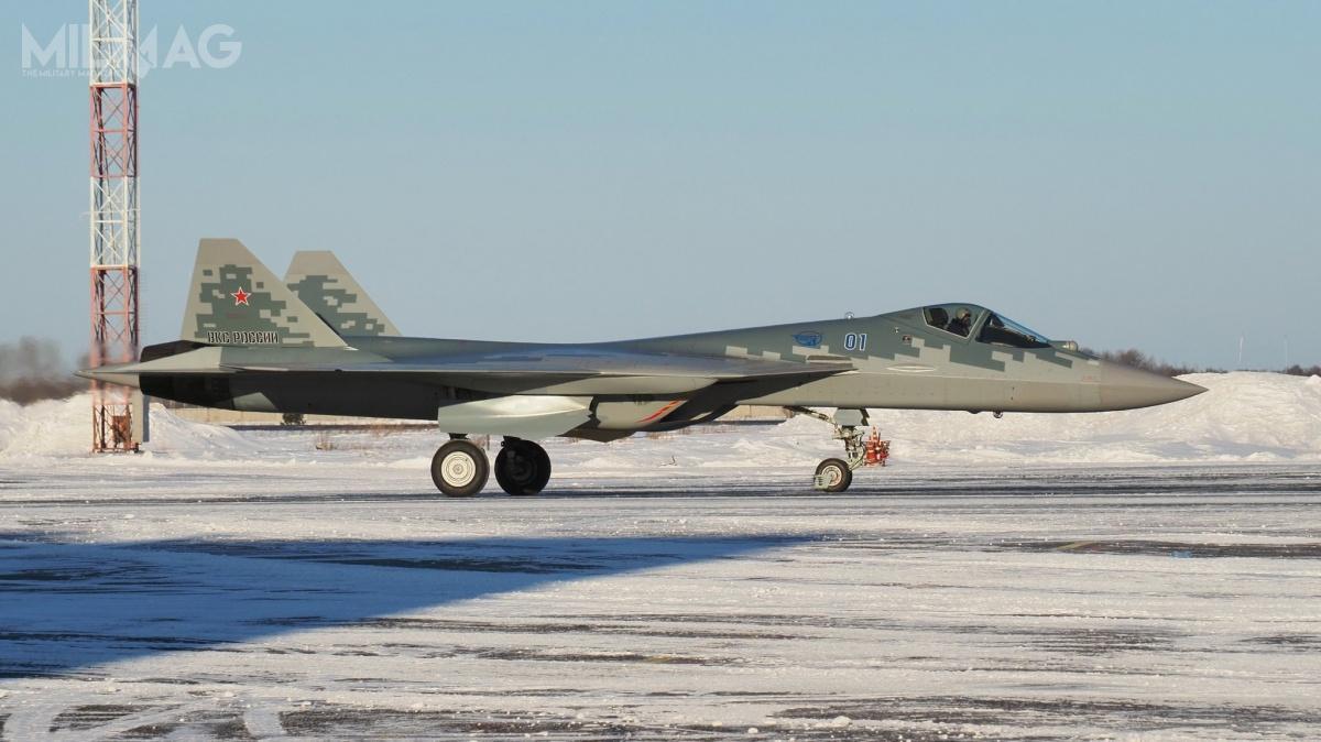 Rosyjska państwowa korporacja Rostiech przekazała ministerstwu obrony Federacji Rosyjskiej pierwszy egzemplarz seryjnego samolotu wielozadaniowego Su-57 (wkodzie NATO Felon) onrtaktycznym 01 (niebieski) / Zdjęcie: Rostiech