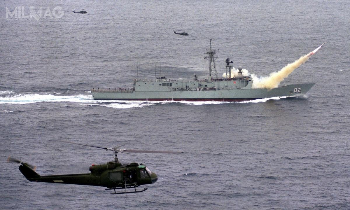 Pociski przeciwokrętowe Boeing RGM-84 Harpoon ozasięgu 150 km mogą być odpalane m.in.zdziobowych, jednoprowadnicowych wyrzutni Mk 13 fregat rakietowych typu Oliver Hazard Perry, wtym także wcześniej podtypu australijskiego Adelaide itureckiego typu Gabya przedich modernizacją / Zdjęcie: Royal Australian Navy