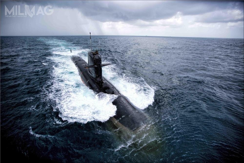 Pierwszy okręt podwodny typu Scorpène, stanowiący odrębny podtyp, INS Kalvari (S21) wszedł dosłużby 17 grudnia 2017. Do2021 miał nastąpić odbiór pozostałych opóźnionych już pięciu jednostek. Niejednak jest jasne, jak wykryte defekty drugiej jednostki wpłyną nazaktualizowany harmonogram. 8-letnie opóźnienie notuje także kolejny program konwencjonalnych okrętów podwodnych dla  Indii / Zdjęcie: Marynarka wojenna Indii