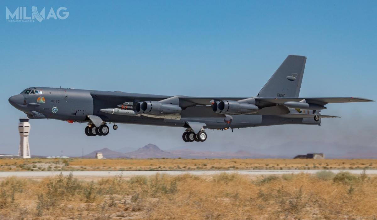 Podczas lotu testowego, prototypowi towarzyszyła wcześniej testowana makieta gabarytowo-masowa / Zdjęcia: USAF
