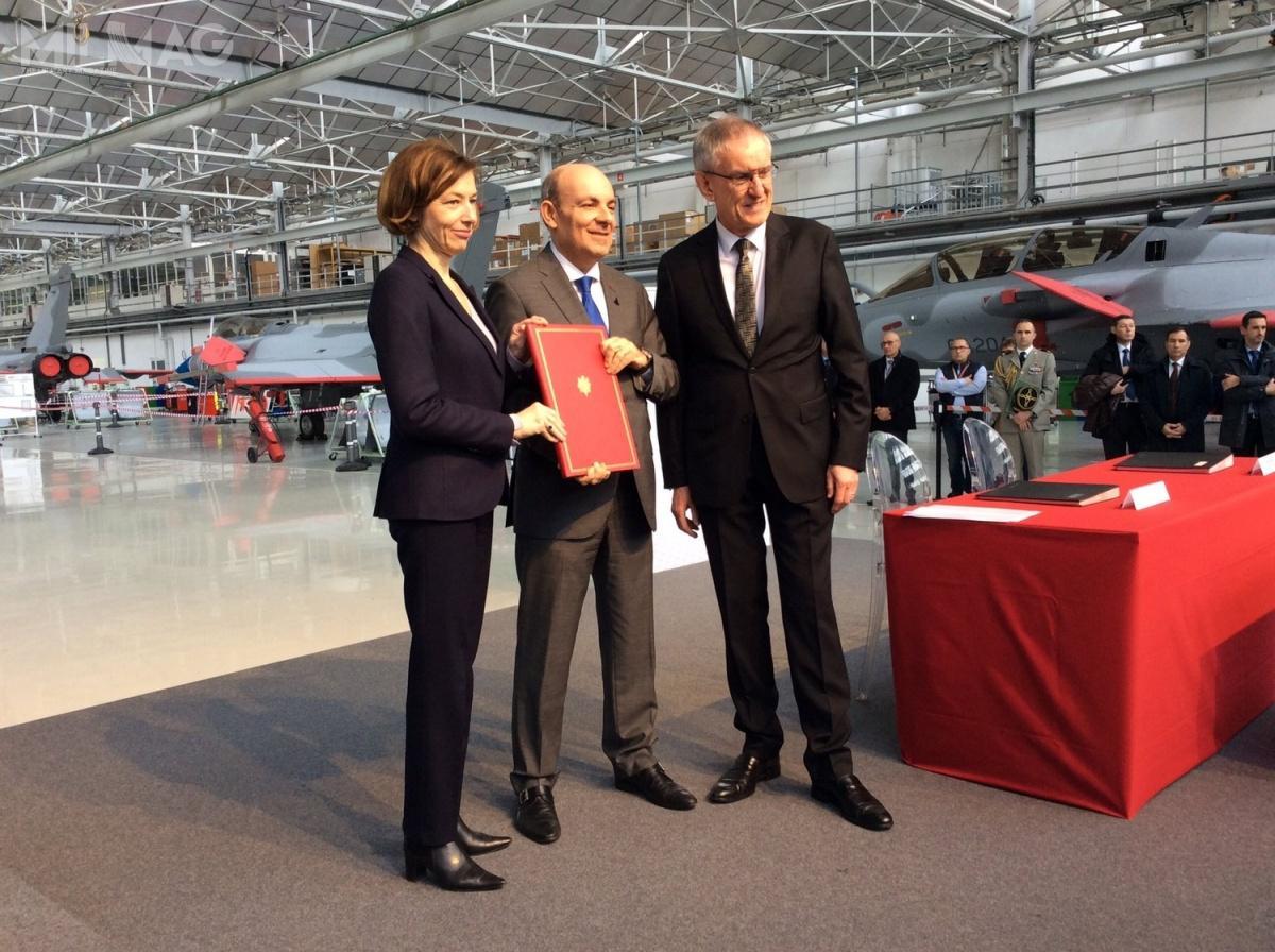 Umowę podpisali minister Sił Zbrojnych Francji Florence Parly idyrektor generalny koncernu lotniczego Dassault Aviation Eric Trappier. Wtle widać pierwsze samoloty przeznaczone dla wojsk lotniczych Kataru / Zdjęcie: Dassault Aviation