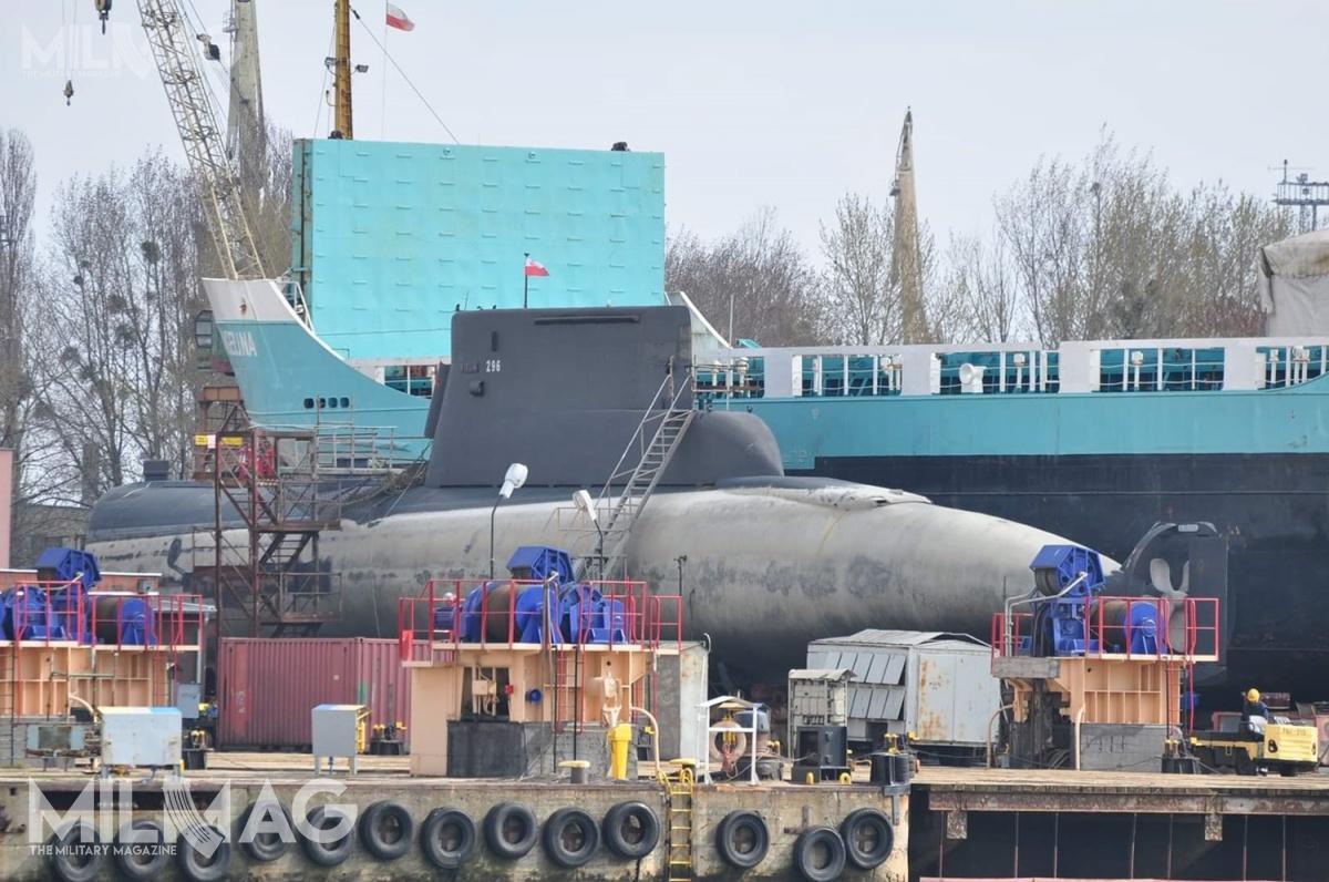 ORP Bielik (296) ma 52 lata, jest jednym znajstarszych bojowo używanych okrętów podwodnych naświecie. Służbę rozpoczął w1967 jako HNoMS Svenner (S309) wnorweskiej marynarce wojennej izakończył w2001. Od8września 2003 roku pływa podpolską banderą