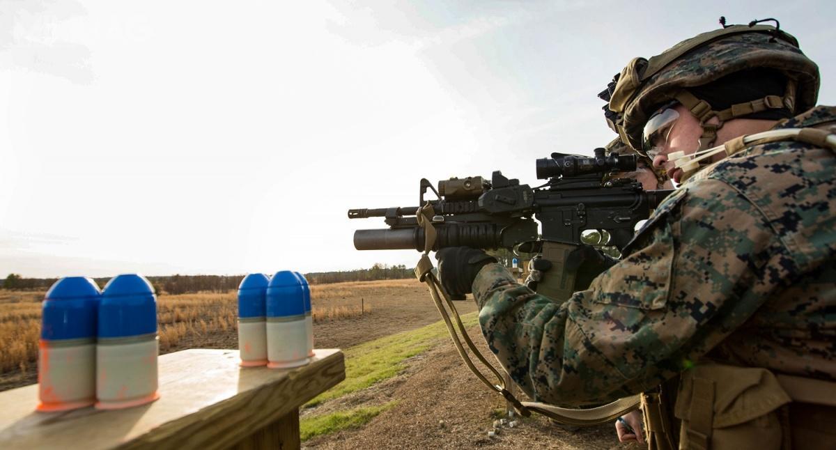 Zasięg skuteczny granatów M1110 zpociskami ćwiczebnymi to400 m. Dostawy amunicji 40 mm x46SR rozpoczęły się wgrudniu 2017. Naboje są produkowane przezamerykańską filię American Rheinmetall Munitions zsiedzibą wCamden wstanie Arkansas /Zdjęcie: Tojyea Matally 26. MEU