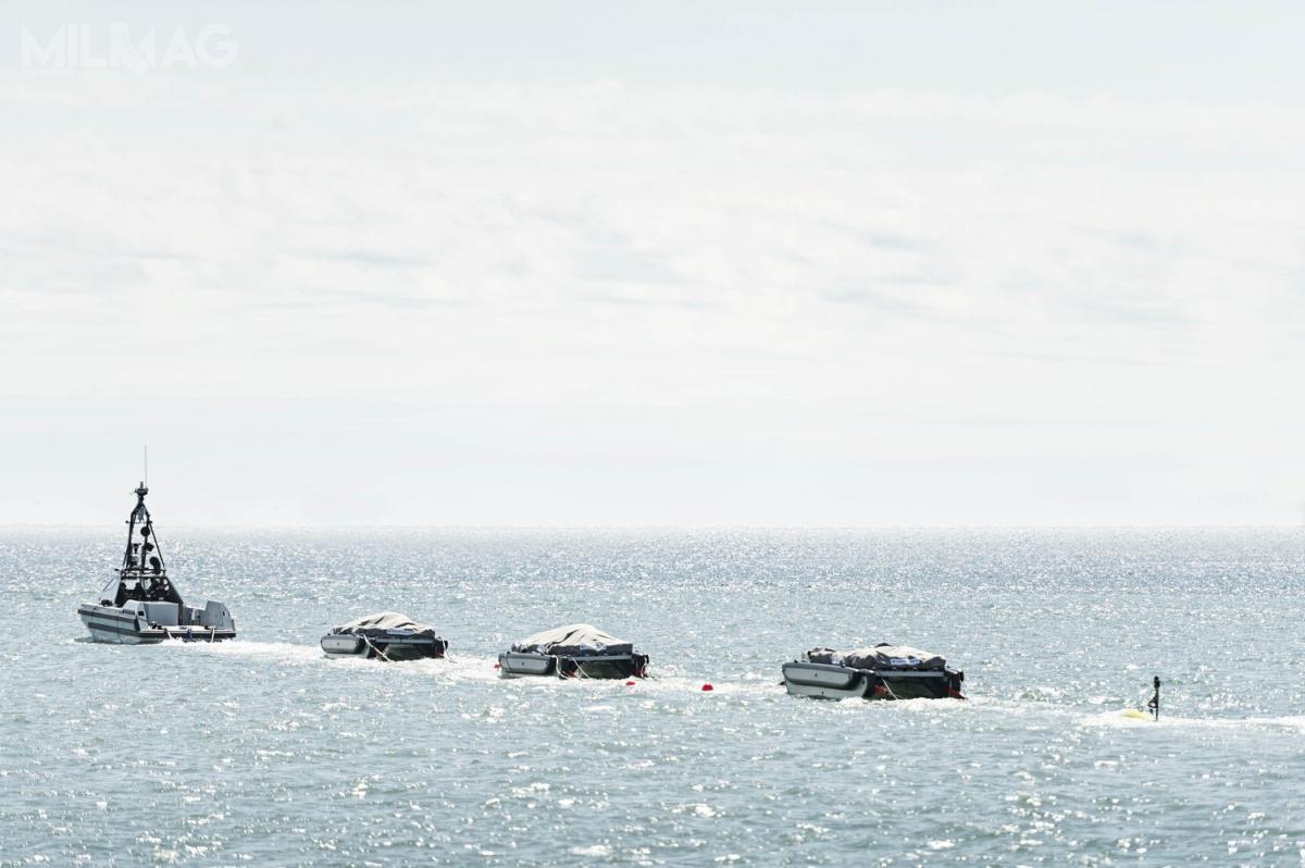 Oprócz bezzałogowej jednostki klasy USV, odługości 11 m iwyporności 10 t zwłasnym napędem, wskład systemu wchodzą łodzie pomocnicze