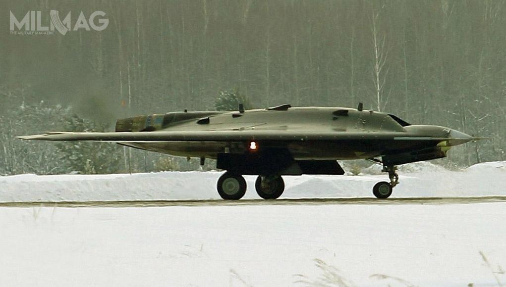 Rosja przeprowadziła próby wlocie prototypu bojowego bezzałogowego statku latającego Suchoj S-70 Ochotnik-B zsymulatorami pocisków rakietowych klasy powietrze-powietrze, naprowadzanych radarowo inapodczerwień / Zdjęcie: ministerstwo obrony Federacji Rosyjskiej