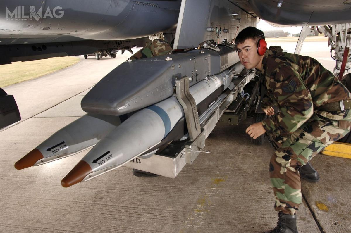 Kierowana satelitarnie szybująca bomba lotnicza GBU-39/B SDB Ima masę 129 kg (285 funtów), 1,8 m długości (70,8 cala) i190 mm średnicy (7,5 cala) / Zdjęcie: USAF