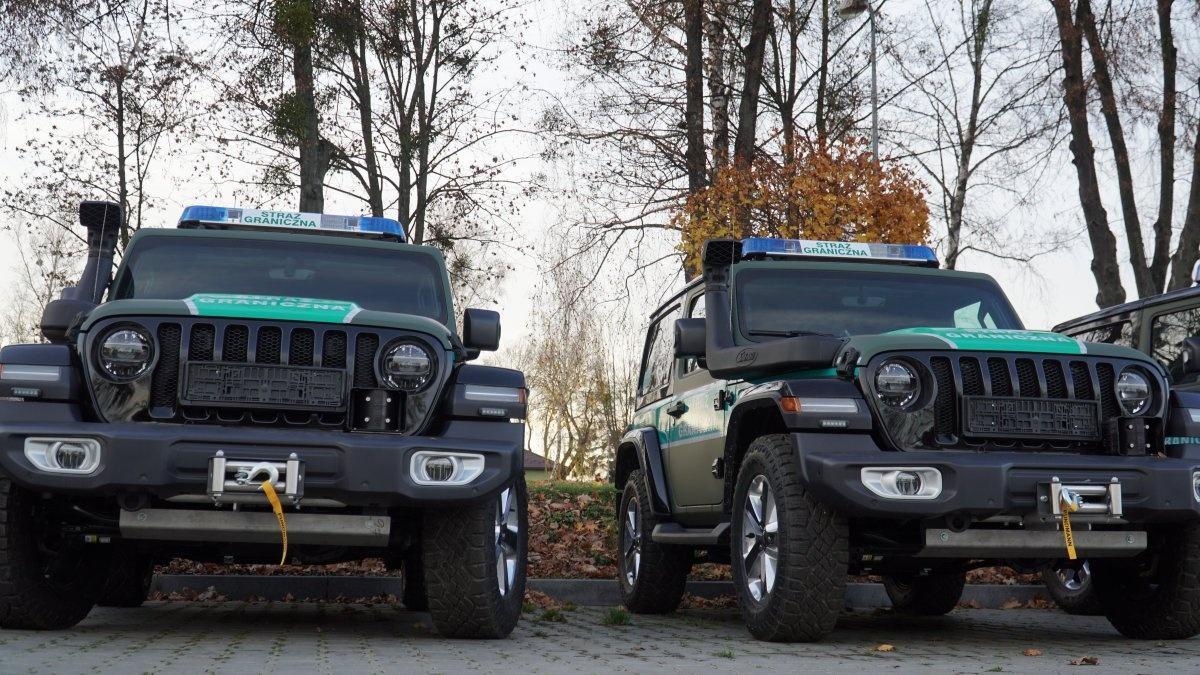 """Samochody wyposażone są także m.in.wpełne oświetlenie LED, tempomat, czujniki parkowania ikamerę cofania, system przeciwdziałający przewróceniu się pojazdu, dotykowy wyświetlacz multimedialny 8,4"""" znawigacją kompatybilną zAndroid Auto orazApple Carplay, atakże wwyciągarkę zzestawem zbloczy dosamodzielnego wydobywania się ztrudnego terenu / Zdjęcia: Komenda Główna Straży Granicznej"""
