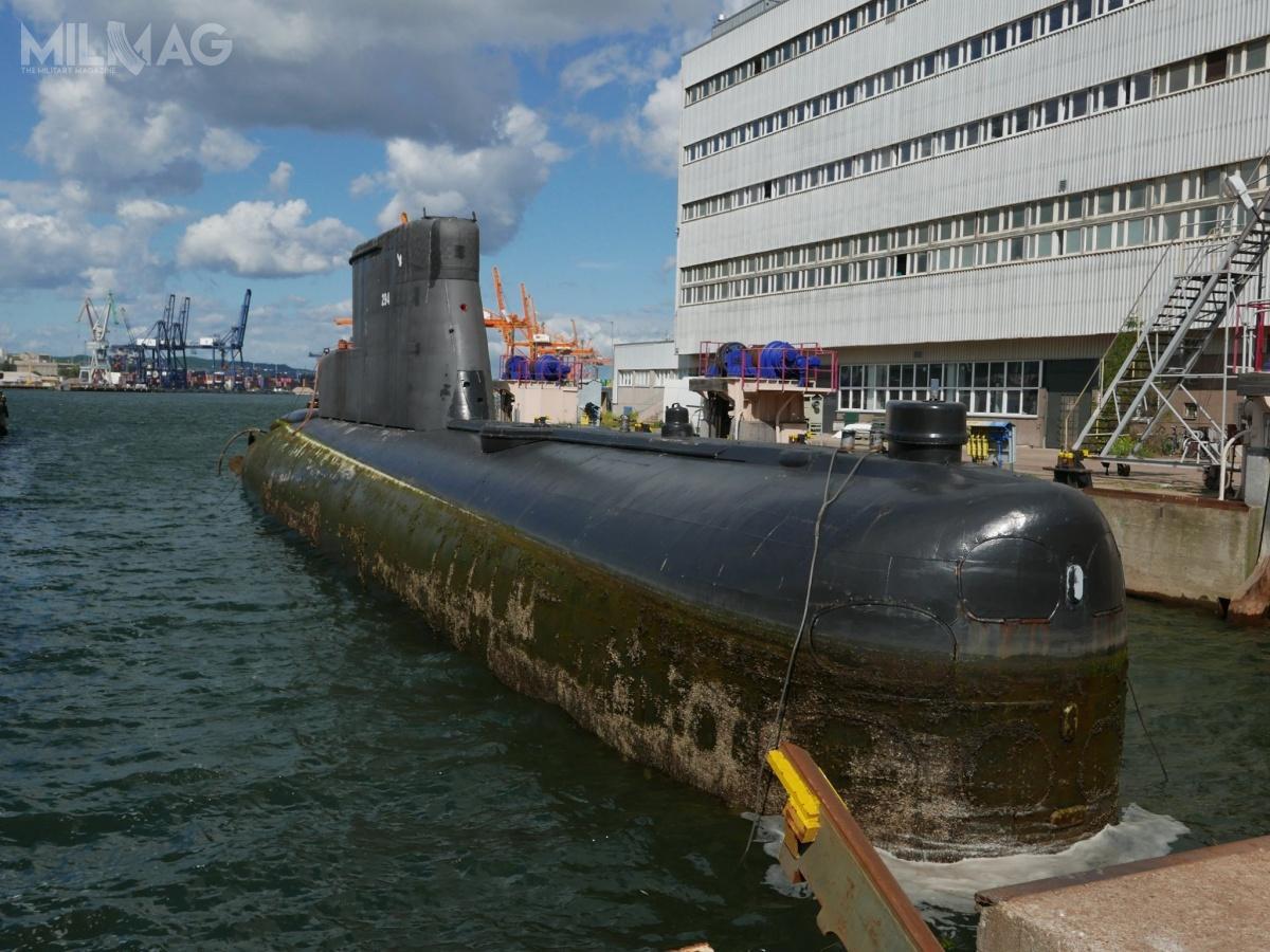 Namocy umowy podpisanej przezdyrektora Muzeum Marynarki Wojennej Tomasza Miegonia zwiceprezesem PGZ Stoczni Wojennej Adamem Krzemińskim, okręt podwodny zostanie wyslipowany (wyciągnięty) naląd, umyty izabezpieczony