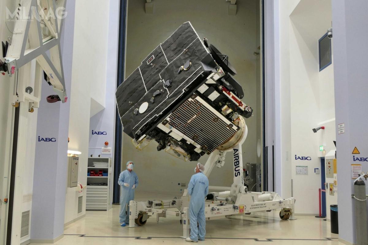Solar Orbiter ma wymiary  2,5 x 3,1 x 2,7 m orazmasę całkowitą 1800 kg (zczego 209 kg tomasa aparatury badawczej). Rozłożone anteny mają rozpiętość 18 m, wysięgnik dla aparatury - 4,4 m, zaś trzy anteny po6,5 m każda. Budowa sondy trwała około 10 lat ipochłonęła 500 mln EUR (2,22 mld zł). Oczekiwany czas pracy to7lat zmożliwością wydłużenia otrzy kolejne. / Grafika izdjęcie: Airbus Defence and Space
