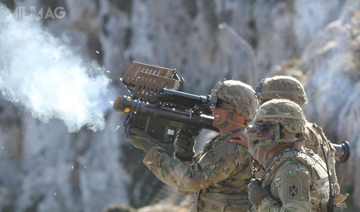 Pociski przeciwlotnicze bardzo krótkiego zasięgu odpalane zramienia mają zapewnić przemieszczającym się wojskom NATO parasol ochronny przeciwko nisko latającym samolotom, śmigłowcom iuzbrojonym bezzałogowcom. /Zdjęcie: US Army