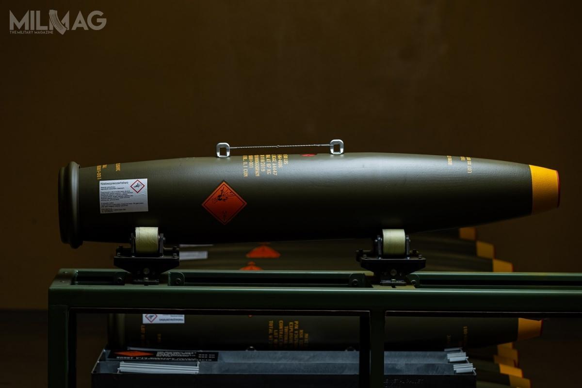 Bomba Mark 82 została zaprojektowana przezGeneral Dynamics wlatach 1950. jako swobodnie opadająca bomba odłamkowo-burząca ogólnego przeznaczenia odługości 2,22 m, średnicy 273 mm imasie nominalnej 227 kg. Ładunek wybuchowy stanowi tritonal (80% trotylu i20% proszku aluminiowego), minol lub H-6 omasie 87 kg. Służy dorażenia celów stacjonarnych naziemi inawodzie. / Zdjęcia: Zakłady Chemiczne Nitro-Chem