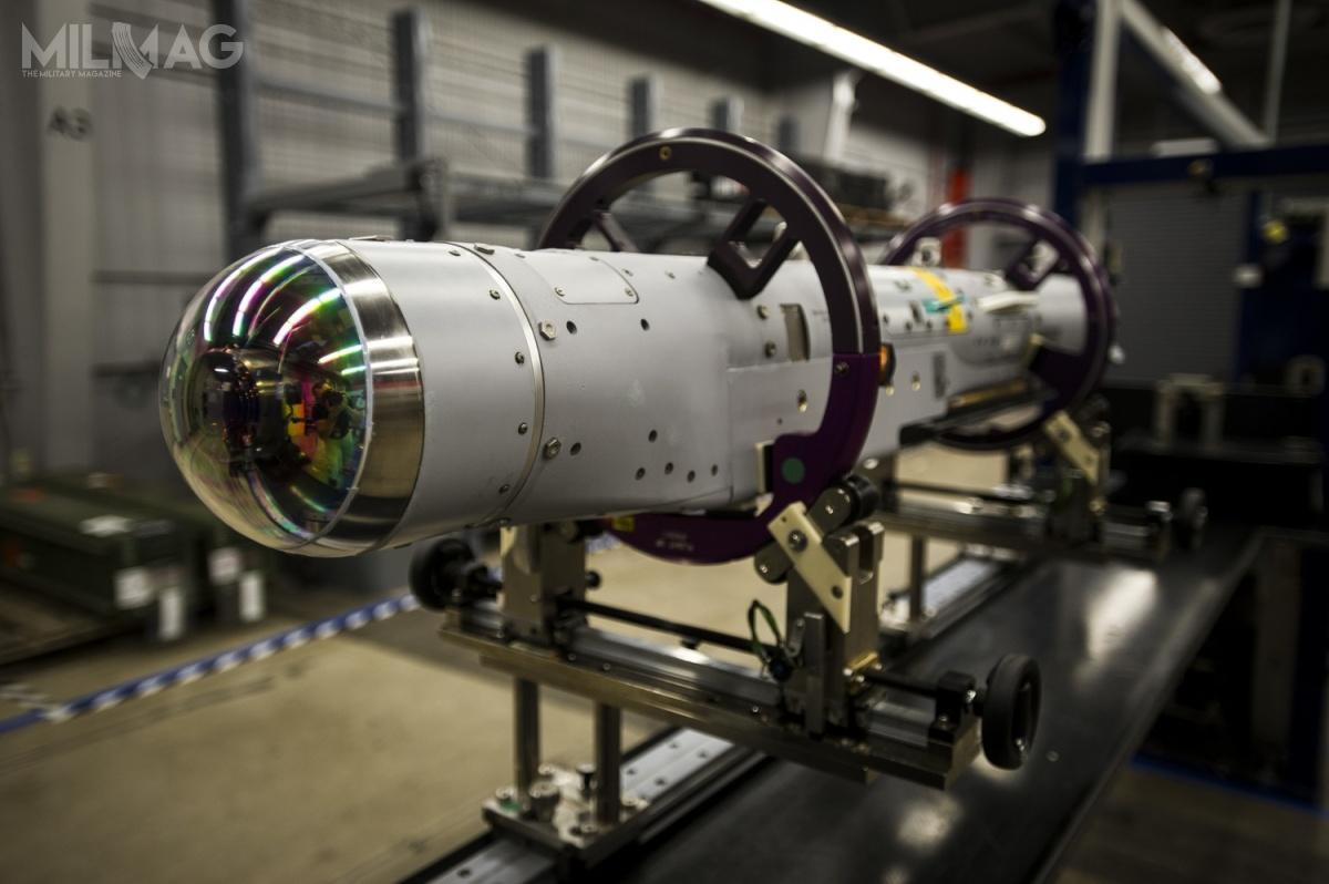 StormBreaker ma masę całkowitą 93 kg (zczego 48 kg tomasa głowicy bojowej) iniewielkie rozmiary (176 cm długości i15-18 cm średnicy). Zasięg rażenia wynosi od72 km (cele ruchome) do110 km (cele stacjonarne). Dzięki zastosowaniu wielozamkowych węzłów uzbrojenia BRU-61/A, pojedynczy samolot jest wstanie przenieść jednocześnie znaczną liczbę bomb. Wprzypadku F-15E jest to28 bomb, aF-35 – 24 bomby, wtym 8wwewnętrznych komorach uzbrojenia i16 nawęzłach podskrzydłowych / Zdjęcie: Raytheon Technologies