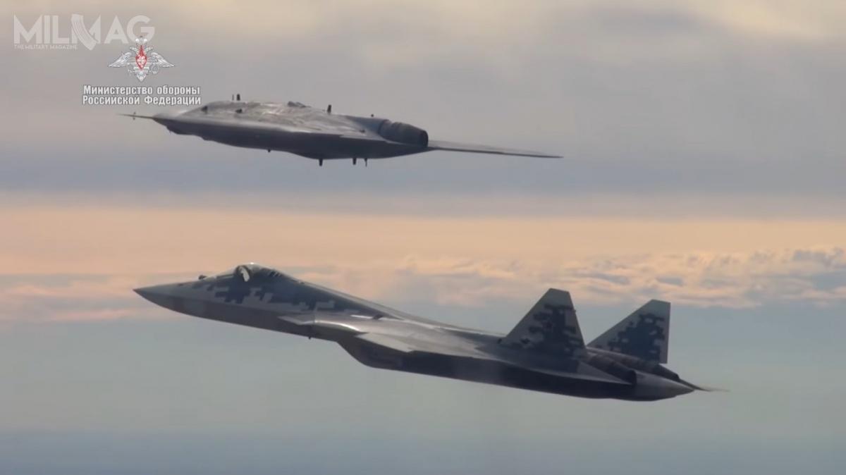 Podczas prób S-70 wykonywał całkowicie automatyczny lot wysyłając dane zeswojego radaru dosamolotu wielozadaniowego Su-57. Zwiększało toświadomość sytuacyjną pilota. Testy integracji uzbrojenia (kierowane pociski rakietowe klasy powietrze-ziemia ibomby szybujące) zS-70 powinny rozpocząć się w2023-2024 / Zdjęcie: Ministerstwo Obrony Federacji Rosyjskiej