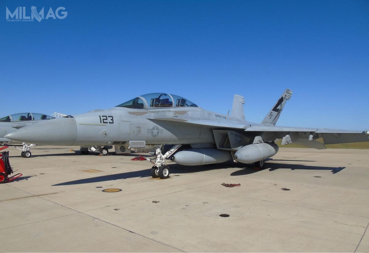 Czujnik podczerwieni IRST Block II został umieszczony wzasobniku podwieszonym napodkadłubowym węźle samolotu F/A-18F Super Hornet