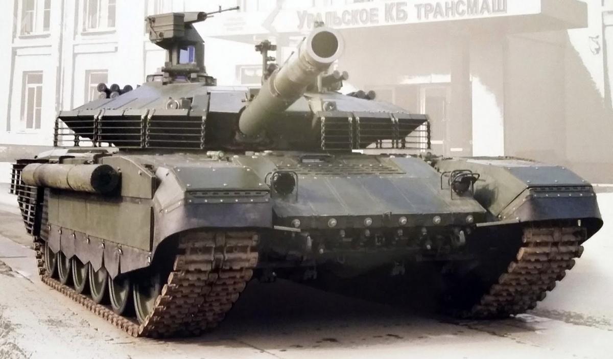 T-90M Proryw-3 został zaprezentowany 9września 2017 podczas Dnia Czołgisty napoligonie Ługa podSankt Petersburgiem. Wporównaniu zwozem ujawnionym wkorporacyjnym kalendarzu napoczątku 2017, ten otrzymał stalową siatkę, pełniącą rolę osłony przeciwkumulacyjnej, wprzeciwieństwie dowcześniej zastosowanych stelaży, wykonanych zpłaskowników iprętów stalowych.