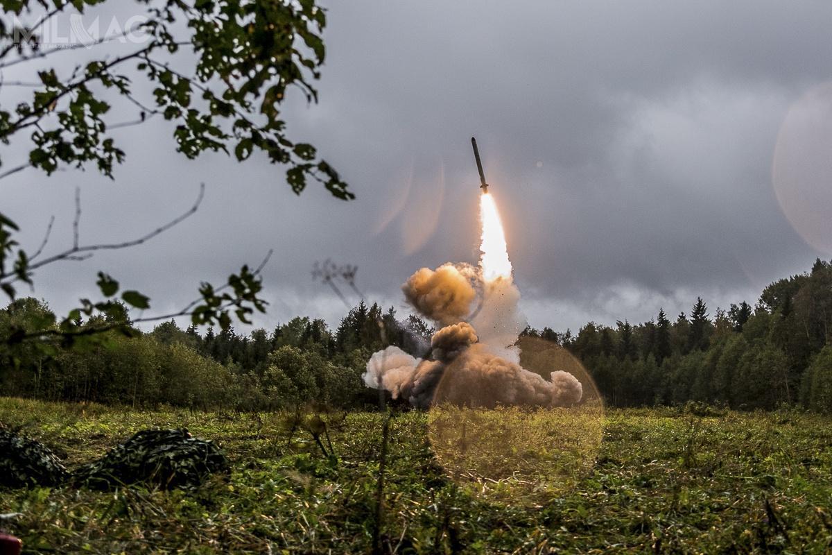 Według specjalistów zachodnich pociski manewrujące 9M728 i9M729 systemu Nowator R-500 towzasadzie lądowe wersje morskich pocisków 3M-14 systemu Kalibr-NK. Prawdopodobnie dlatego Ministerstwo Obrony Federacji Rosyjskiej podczas ich prezentacji pokazało jedynie kontener startowy, aniesam pocisk. Istnieją jednak wcześniejsze fotografie imateriały wideo, potwierdzające spekulacje / Zdjęcie: Ministerstwo Obrony Federacji Rosyjskiej