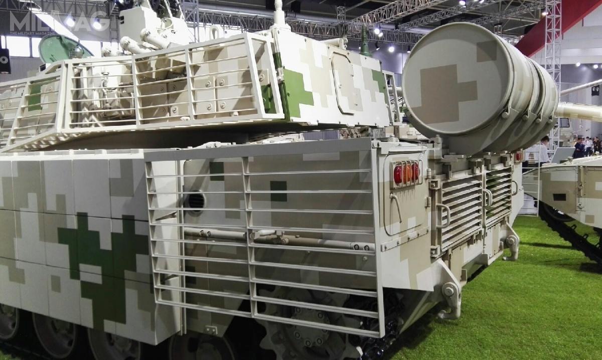 Czołg typ 15 wyposażono wopancerzenie prętowe chroniące boki wieży itylną część kadłuba przedpociskami zgranatników przeciwpancernych. Pojazd ma dodatkowe, zewnętrzne zbiorniki paliwa / Zdjęcia: Chinese military review