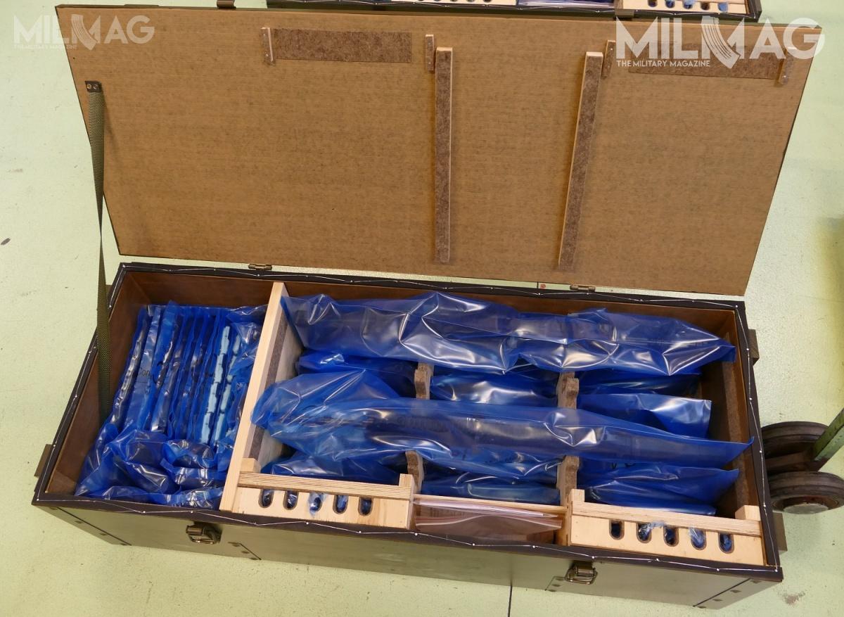 Każda skrzynia mieści 10 karabinków, 80 magazynków, 10 noży-bagnetów, instrukcje iinne wyposażenie, jak odrzutniki dostrzelania amunicją ślepą. Wszystko zapakowane jest wprzezroczyste foliowe worki ochronne. Wtakiej postaci może być przechowywana bardzo długo