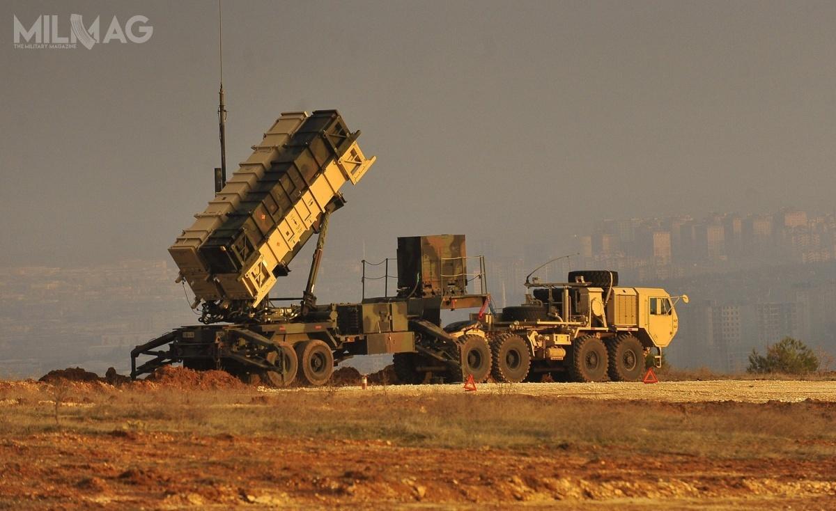 Ukraiński ambasador wWaszyngtonie poinformował, żeUkraina jest zainteresowana zakupem amerykańskich systemów obrony przeciwlotniczej. Nieujawniono nazwy zestawu, aleprośba może dotyczyć elementów zestawu przeciwlotniczego iprzeciwrakietowego MIM-104 Patriot, produkowanego przezkoncern Raytheon / Zdjęcie: Glenn Fawcett, Departament Obrony USA