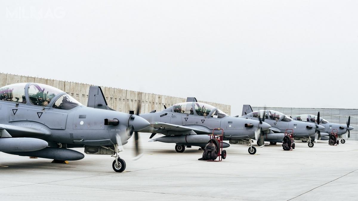 A-29 Super Tucano jest amerykańską modernizacją brazylijskiego EMB 314. Samolot jest uzbrojony wdwa 12,7-mm wielkokalibrowe karabiny maszynowe zabudowane wskrzydłach. Ma także węzły podskrzydłami ikadłubem mogące przenosić 34 typy amunicji powietrze-ziemia, wtym bomby, kierowane iniekierowane pociski rakietowe. Maksymalny udźwig wynosi 1500 kg / Zdjęcie: USAF