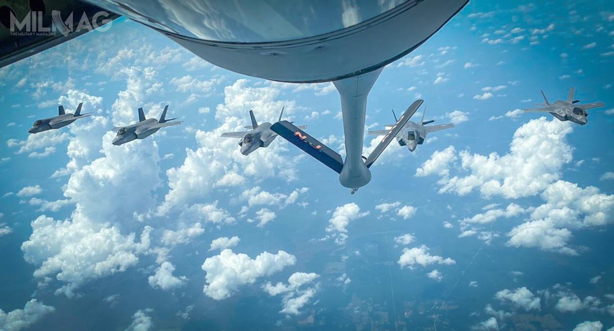 Podczas przebazowania doWielkiej Brytanii, samoloty wielozadaniowe krótkiego startu ipionowego lądowania F-35B Lightning II zeskadry VMFA-211 kilkukrotnie pobierały paliwo wlocie / Zdjęcie: USMC