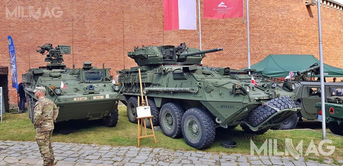 Uroczystości towarzyszyła wystawa sprzętu zarówno polskiego jak amerykańskiego. Nazdjęciu dwa kołowe transportery opancerzone Stryker, wtym uzbrojony w30-mm armatę Dragoon /Zdjęcie: Jakub Link-Lenczowski