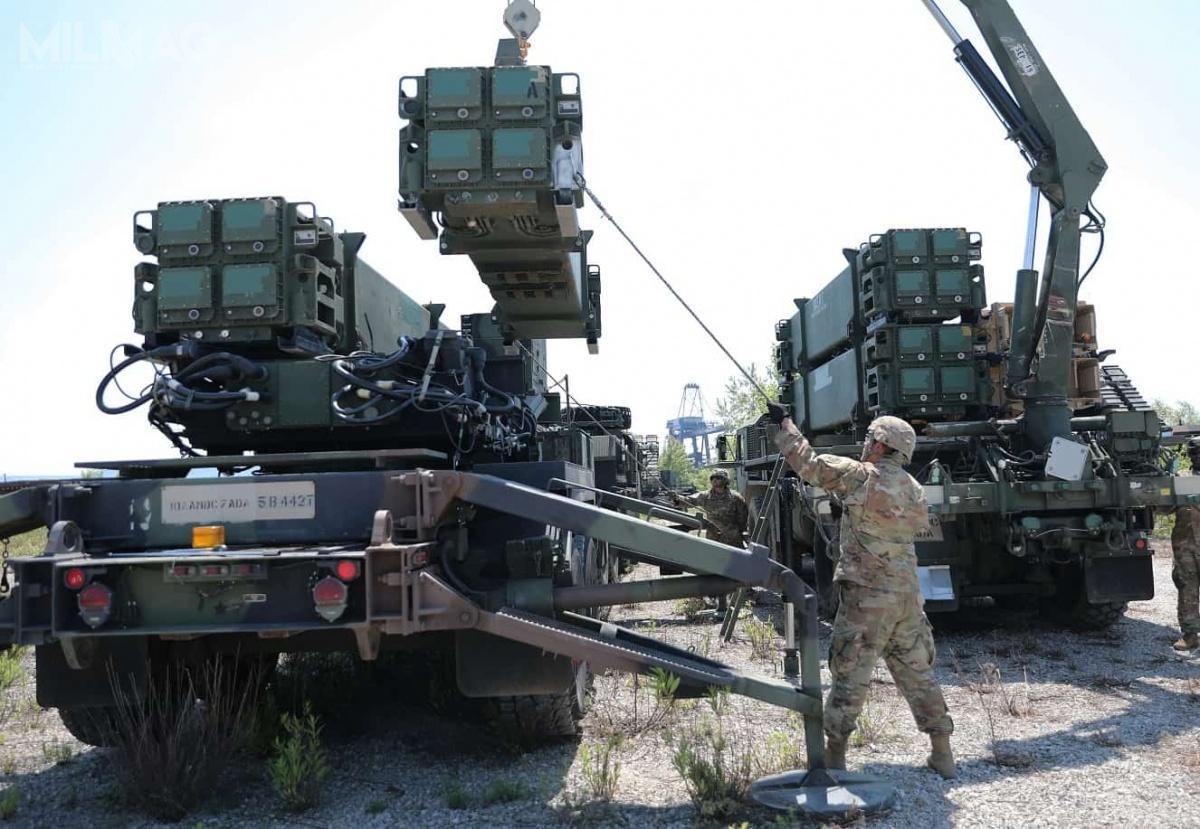 Umowę wykonawczą dooffsetu podpisali dyrektor WITU Rafał Bazela iwiceprezes Raytheon IDS ds.polskiego programu zintegrowanej obrony przeciwlotniczej iprzeciwrakietowej Pete Bata / Zdjęcie: US Army.