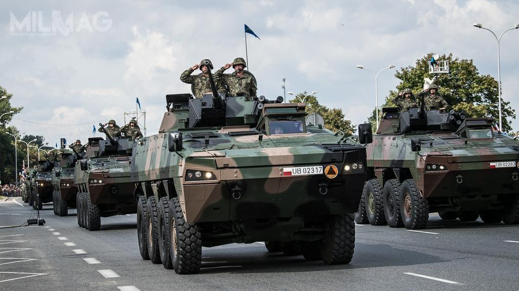 Jak można było oczekiwać, wdefiladzie wzięły udział kołowe transportery opancerzone Rosomak.