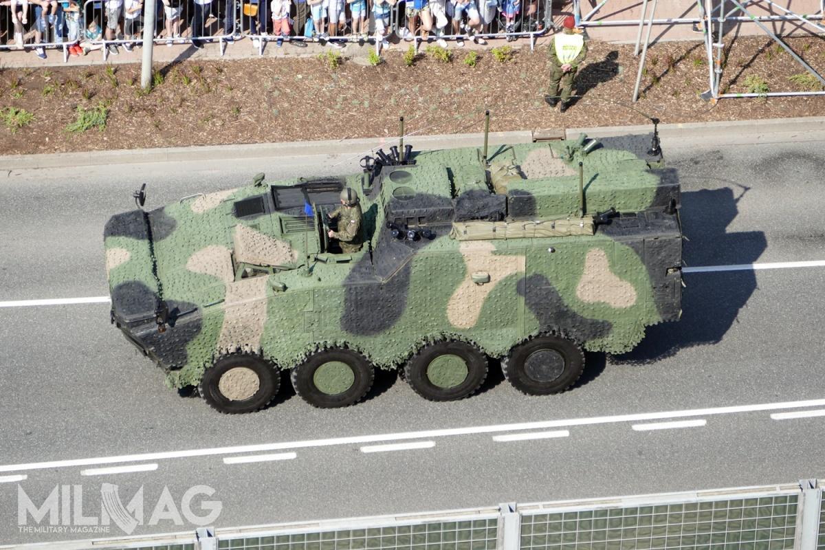 Wóz dowodzenia napodwoziu transportera opancerzonego Rosomak ma masę 26 ton, długość 8400 mm, szerokość 2800 mm iwysokość 3200 mm. Pojazd napędzany jest silnikiem wysokoprężnym zturbodoładowaniem zprzeniesieniem mocy nawszystkie koła wukładzie 8x8 pozwalającym naosiągnięcie prędkości maksymalnej 100 km/h. Pojazd ma zasięg 530 km. Wkonstrukcji zastosowano podwyższone podwozie wcelu zapewnienia komfortu pracy / Zdjęcie: Remigiusz Wilk