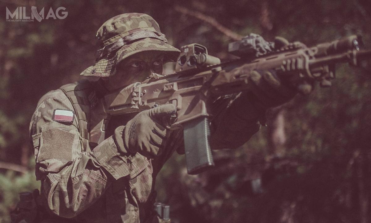 Celownik kolimatorowy EOTech XPS3 HWS ma 97 mm długości, 54 mm szerokości i64 mm wysokości. Masa wynosi 255 g. Urządzenie MBS-AA umieszczone wlufie broni naktórejzamocowano celownik pozwala najego szybkie przystrzelanie, przy wykorzystaniu emitowanego przezdiodę laserową punktu miejsca trafienia / Zdjęcie: Wojska Obrony Terytorialnej