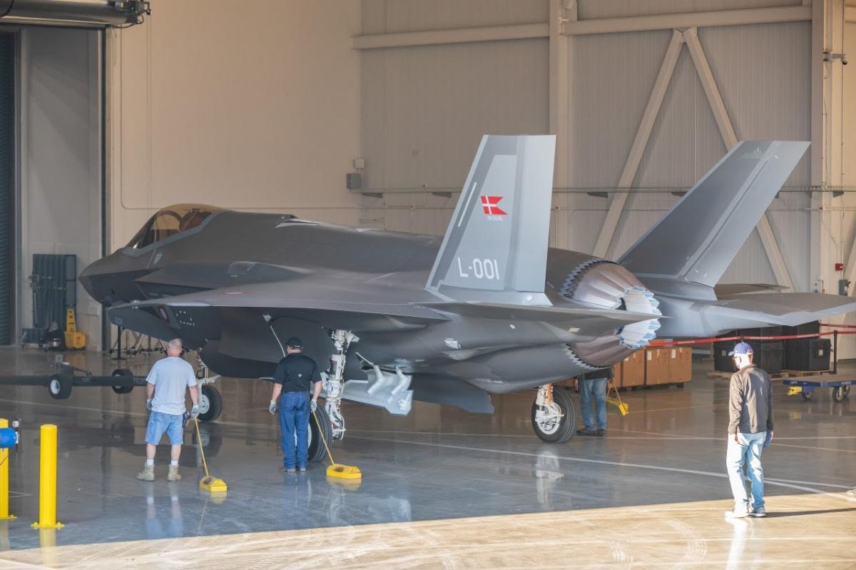 W zakładach Lockheed Martin wFort Worth wTeksasie zaprezentowano pierwszy zdwudziestu siedem zamówionych przezDanię egzemplarzy samolotów wielozadaniowych F-35A Lightning II