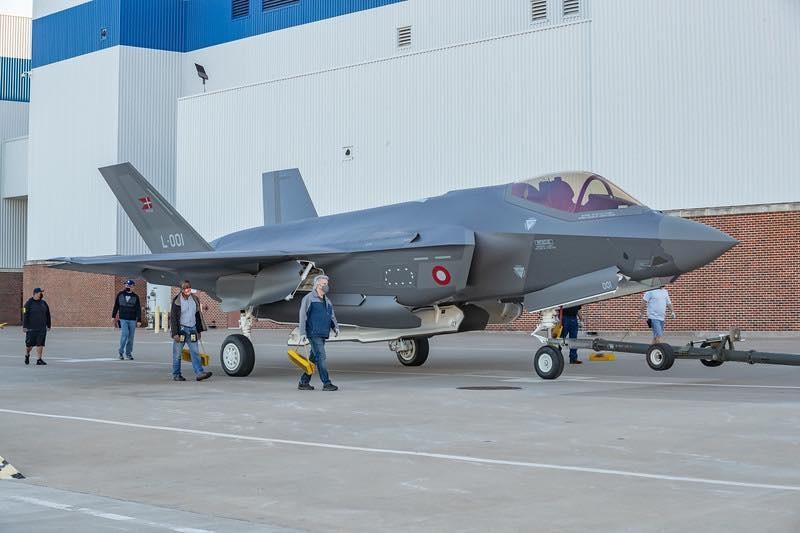 Oczekuje się, żesamolot zostanie oblatany wnajbliższych tygodniach, awkwietniu zostanie przeniesiony dobazy lotniczej Luke wArizonie, gdzie szkoli się duński personel wojskowy / Zdjęcia: Lockheed Martin