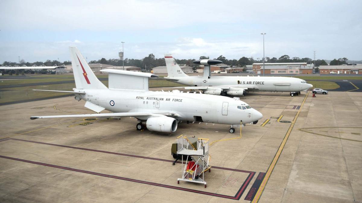 Dowódca amerykańskich wojsk lotniczych naPacyfiku wskazał nakonieczność zakupu samolotów wczesnego ostrzegania idowodzenia E-7A Wedgetail (napierwszym planie) wmiejsce wiekowych E-3 Sentry (wgłębi) / Zdjęcie: USAF
