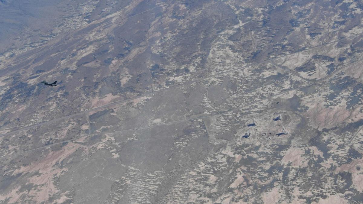 Samolot testowy F-16D zrzucił cztery CSDB, które spadły wróżnych punktach / Zdjęcia: Tech. Sgt. John Raven, USAF