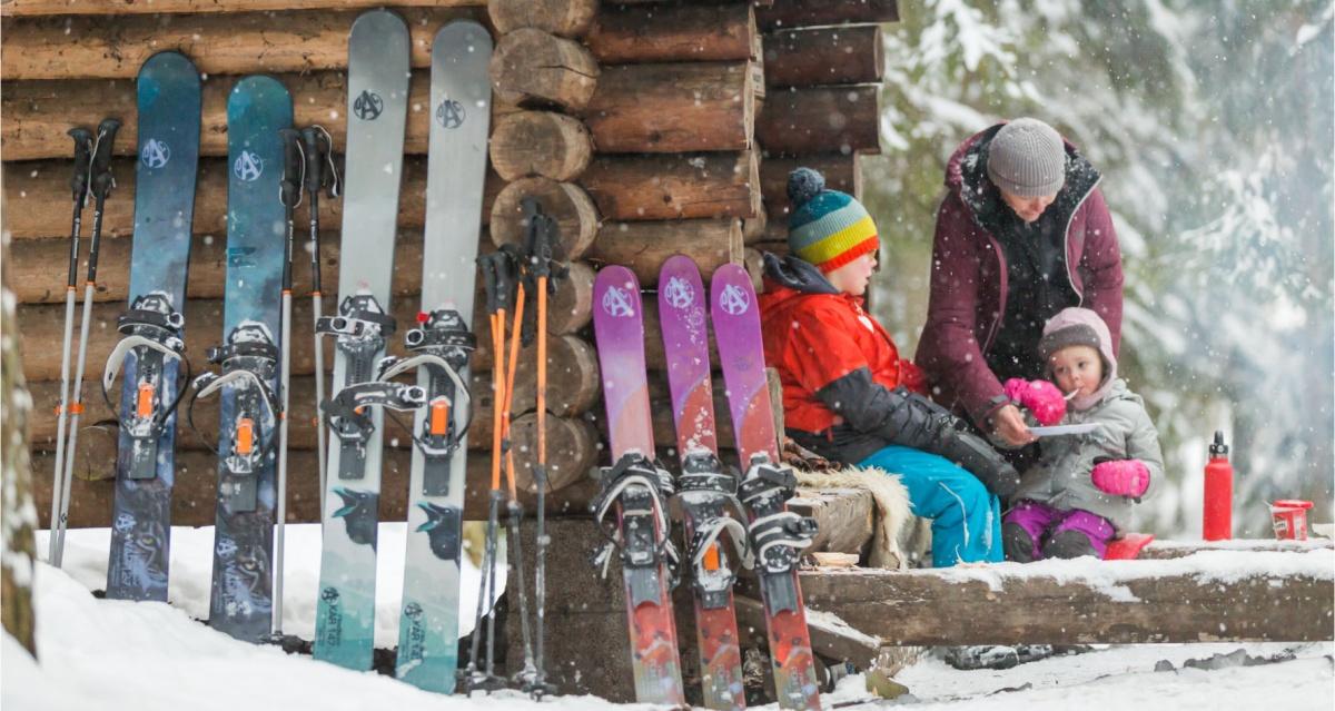 Narty trekkingowe OAC Skinbased. Kolekcja obejmuje narty różnej długości, wtym przeznaczone dla dzieci, wyposażone wspecjalistyczne wiązania