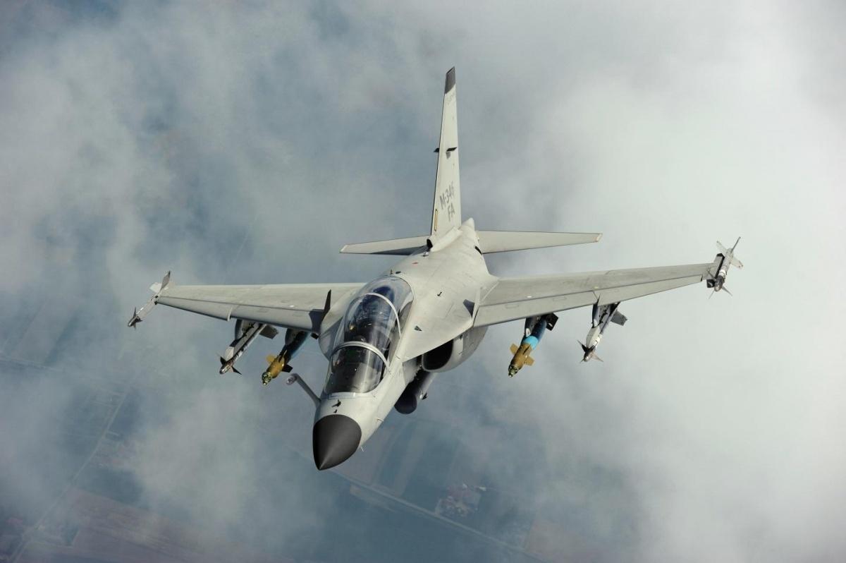 Maksymalna masa startowa M-346LFFA wyniesie 9700 kg, dzięki czemu samolot będzie zdolny doprowadzenia patroli bojowych zpełnym obciążeniem uzbrojenia przez2godziny 40 minut nadystansie do185 km odbazy macierzystej. Wprzypadku operacji rozpoznawczych, zdwoma dodatkowymi zbiornikami paliwa, zasobnikiem rozpoznawczym idwiema rakietami powietrze-powietrze dosamoobrony, zasięg wzrośnie do890 km, przy czym wobu przypadkach jest możliwe przeprowadzenie tankowania wpowietrzu, celem dalszego zwiększenia zasięgu idługotrwałości lotu / Zdjęcie: Leonardo