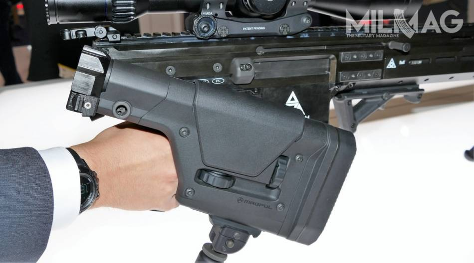 W przeciwieństwie do systemu AR, komora spustowa nie została połączona z tuleją mieszczącą urządzenie powrotne, co umożliwia wprowadzenie składanej kolby, w tym takiej, która komercyjnie sprzedawana jest jako stała